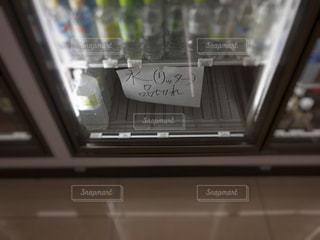水の商品棚が空っぽの写真・画像素材[2576656]