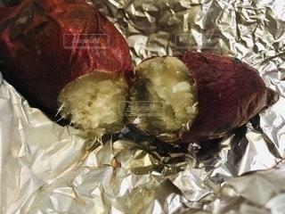 自宅で焼芋の写真・画像素材[2680710]