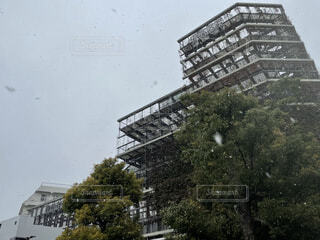 大岡山の駅ビルと雪の空の写真・画像素材[4100034]