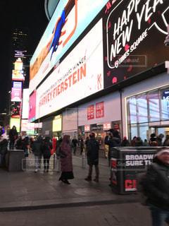 建物の前に立っている人々 の群衆の写真・画像素材[1067519]