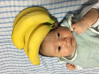 バナナを保持している赤ちゃんの写真・画像素材[1077440]