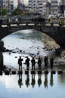 水の体の上の大きな橋の写真・画像素材[1067805]