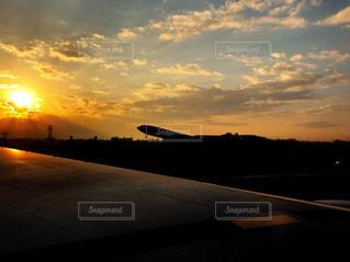 夕焼け空に浮かぶ雲の写真・画像素材[1067811]