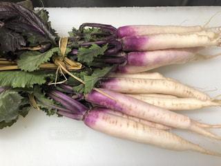 テーブルの上に座って野菜の山の写真・画像素材[1026104]