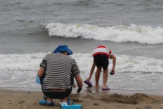 親子で潮干狩りの写真・画像素材[1630828]