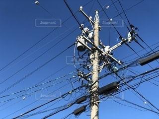 青空で電柱の先を撮すの写真・画像素材[2699839]