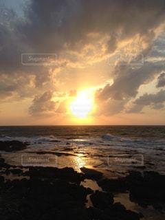 水の体に沈む夕日の写真・画像素材[1067887]