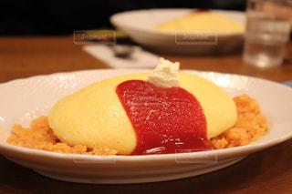 テーブルの上に食べ物のプレートの写真・画像素材[1067879]