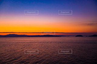 水の体に沈む夕日の写真・画像素材[1068131]