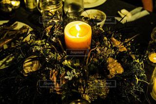 テーブルの上の花とキャンドルの写真・画像素材[1068835]