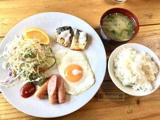 テーブルの上に食べ物のプレートの写真・画像素材[1149405]