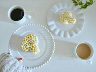 テーブルの上のコーヒー カップの写真・画像素材[1045425]