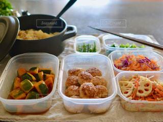 テーブルの上に食べ物のトレイの写真・画像素材[1088825]