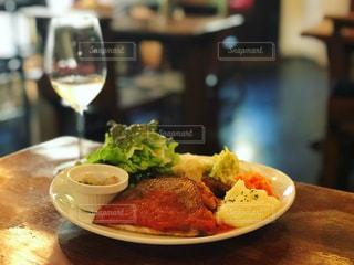 近くのテーブルの上に食べ物のプレートの写真・画像素材[1088834]
