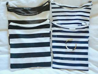 白と黒のストライプのシャツの写真・画像素材[1088837]
