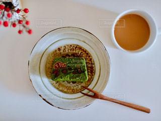 皿の上にカップの写真・画像素材[1710555]