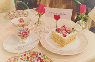 フード_紅茶と誕生日ケーキの写真・画像素材[1069395]