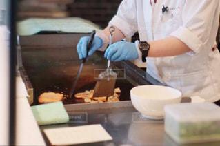 鉄板で料理をする人の写真・画像素材[2177354]