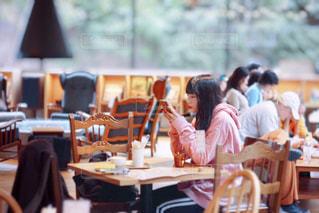 テーブルに座っている女性の写真・画像素材[2177378]