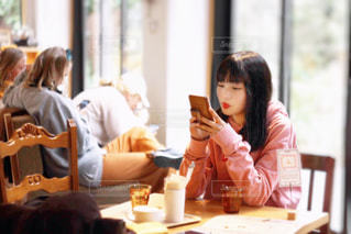 テーブルに座っている女性の写真・画像素材[2177398]