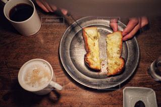 食べ物の皿とコーヒー1杯の写真・画像素材[2177506]
