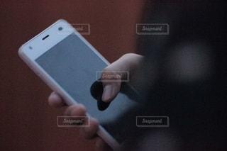 スマートフォンをさわる女性の写真・画像素材[2506720]