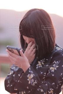スマートフォンをさわる少女の写真・画像素材[2506721]