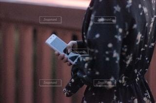 スマートフォンを持つ少女の写真・画像素材[2506723]
