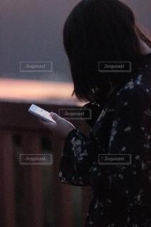 スマートフォンをさわる少女の写真・画像素材[2506732]