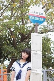 バスを待つ女子中学生の写真・画像素材[2506960]