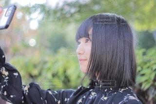自撮りをする少女の写真・画像素材[2507159]