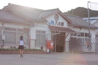 八木駅舎と女子中学生の写真・画像素材[2507182]