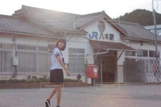 駅に向かって歩く少女の写真・画像素材[2507465]