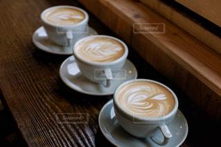 テーブルの上のコーヒー3杯分の写真・画像素材[2885760]