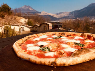 背景の山のピザ - No.1069934