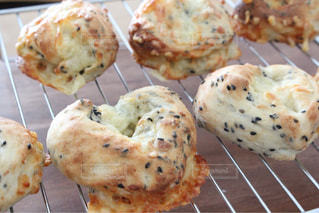 カリカリチーズのハート型パンの写真・画像素材[1069949]