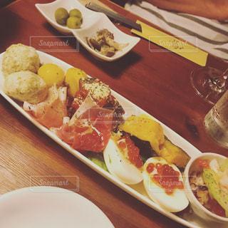 テーブルの上に食べ物のプレートの写真・画像素材[1070080]