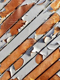 ペンキが剥がれ錆びてしまった鉄の門の写真・画像素材[1187086]