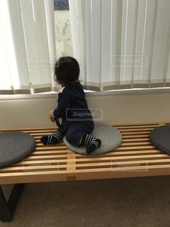 窓の外を覗く子供の写真・画像素材[1070766]