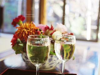 ワインと花の写真・画像素材[1070879]
