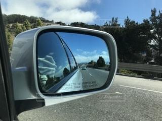 車のサイドミラー ビューの写真・画像素材[1073540]