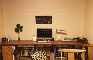 コンピューターと部屋で椅子と机の写真・画像素材[1073775]