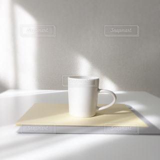 テーブルの上のコーヒー カップ - No.1071150