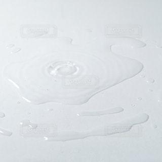 テーブルのうえの水の写真・画像素材[1071247]