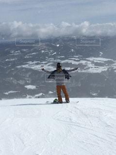 スノーボードをする男と中央アルプス - No.1071678