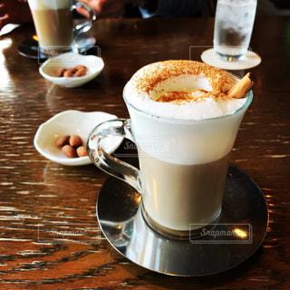 テーブルの上のコーヒー カップ - No.1071884