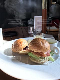 白い皿にミニバーガーのモーニング - No.1072074