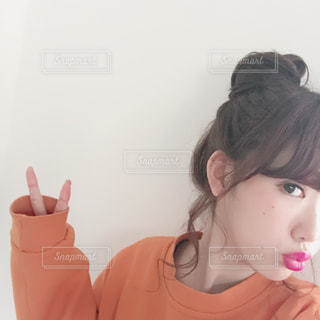 ピースをする女性の写真・画像素材[1072249]