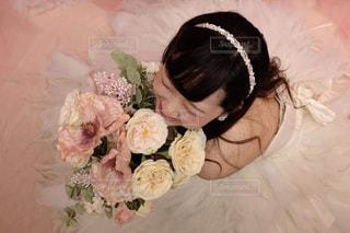 ピンクの花の女性の写真・画像素材[1072319]