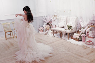 ピンクのドレスの女の子の写真・画像素材[1072322]